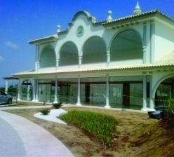 Prédio do salão de festas, quiosques e piscinas da área de lazer do Condomínio Ibiti Royal Park